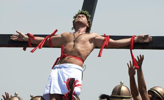 *The [[annual rites]] continues to draw participants* and huge crowds in the northern [[Pampanga province]]. This year, 22 men were nailed to crosses while many others [[whipped]] their [[bare backs]] with sharp bamboo sticks as part of the ritual.